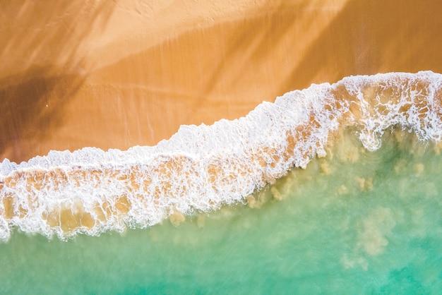 여름 열대 해변과 파도