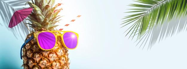 해변 휴식 휴식과 여름 개념 높은 품질에 파란색 배경 칵테일 파티에 야자수 아래 선글라스 여름 열대 파인애플 배경 파인애플 photo