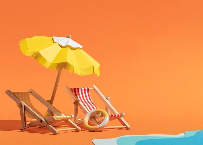라운지 의자가있는 여름 우산