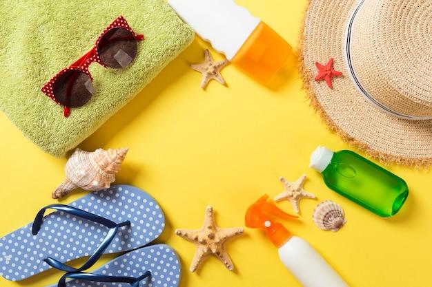 コピースペースと夏休みの背景。カラーテーブル、旅行のコンセプトにフラットレイ写真。テキスト、モックアップ用の空き容量。