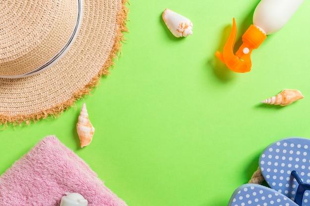 コピースペースを持つ夏の休暇の背景。カラーテーブル、旅行の概念にフラットレイアウト写真。テキスト用の空きスペース、モックアップ