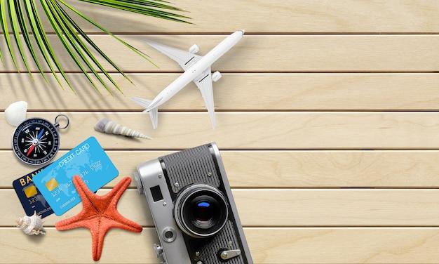 여행자 액세서리, 비행기 모델, 조개껍데기가 있는 여름 휴가 배경. 평면도