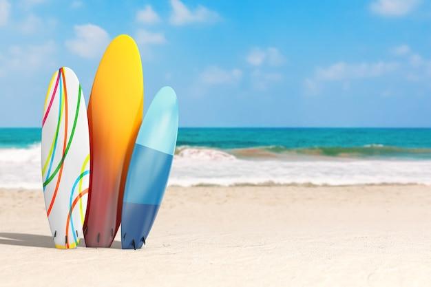 Концепция летних каникул. красочные летние доски для серфинга на пустынном побережье океана экстремальном крупном плане. 3d рендеринг