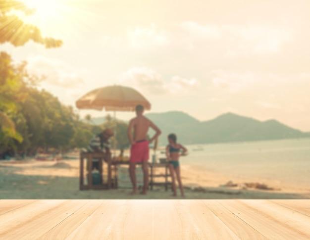 Concetto di vacanza estiva - in legno di prospettiva e silhouette di ac