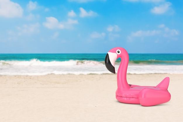 Концепция летних каникул. игрушка фламинго плавательного бассеина лета раздувная резиновая розовая на крупном плане покинутого побережья океана крайнем. 3d рендеринг