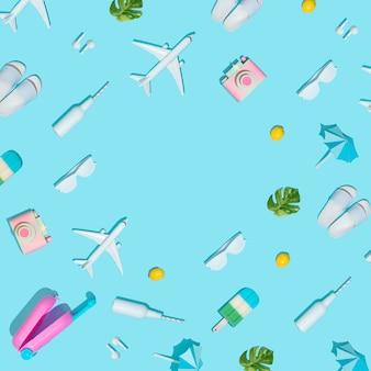 Концепция летних каникул с чемоданом и пляжными предметами на пастельно-синем с креативом