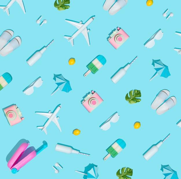 Концепция летних каникул с предметами чемодана и пляжа на пастельно-синем.