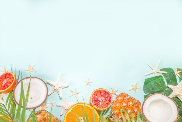 夏休みフラットはパイナップルココナッツオレンジフルーツ、ヤシの葉と貝殻で横たわっていた