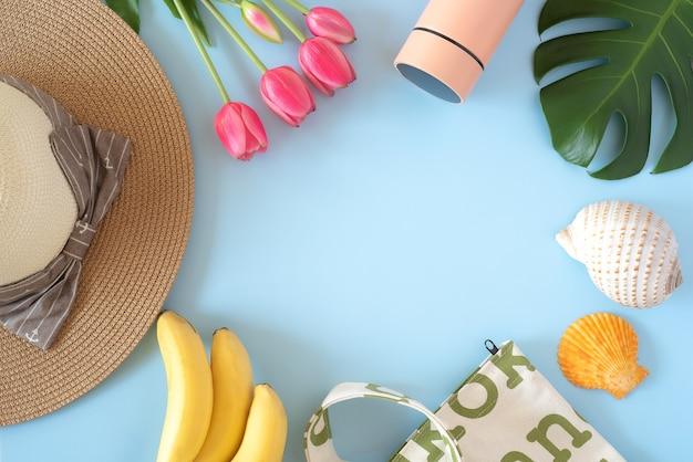 파란색 배경에 여름 휴가 상품 및 액세서리 가방 물병 및 태양 모자