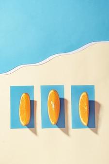 푸른 바다 근처 해변에서 여름 휴가-오렌지는 수건에 누워 일광욕-평면 누워