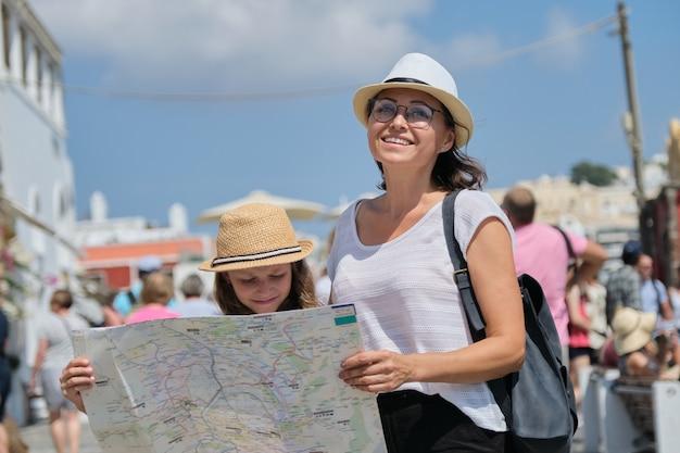 Летние каникулы вместе, семья матери и маленькой дочери, путешествующей