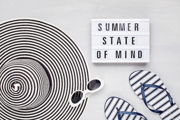 夏の休暇、旅行、観光の概念フラットレイ