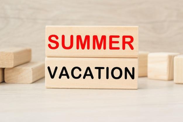 밝은 배경에 나무 큐브에 여름 휴가 단어