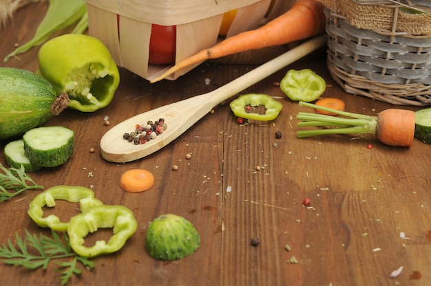 빈티지 나무 보드에 다양한 신선한 야채를 넣은 여름 야채 프레임, 텍스트 복사 공간