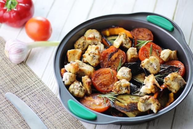 Летние овощи на сковороде с жареными баклажанами и помидорами