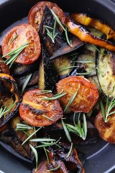 Летние овощи гриль на сковороде жареные баклажаны и помидоры