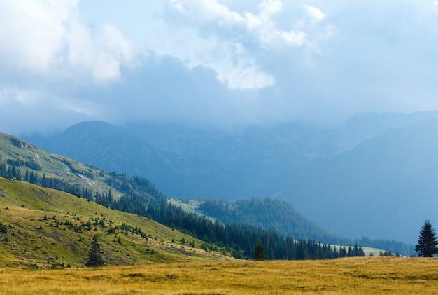 トランシルバニア道路(ルーマニア、南カルパティア山脈)からの夏の眺め。