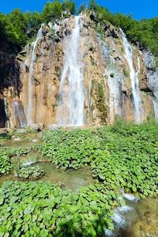 플리트 비체 호수 국립 공원 (크로아티아)의 대형 폭포와 식물의 여름보기
