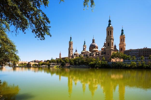 Ebroからサラゴサの大聖堂の夏の眺め