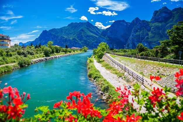 Летний вид на реку сарка в северной части озера гарда, италия
