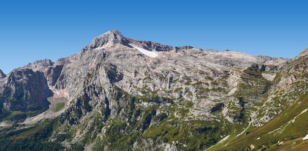 러시아 남서부 아디게아의 서부 코카서스 산맥에 있는 피시트 산 정상의 여름 전망