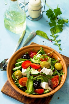 夏のビタミンサラダ新鮮な野菜のフェタチーズとブラックオリーブのギリシャ風サラダ