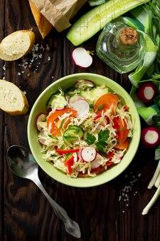 新鮮な野菜のドレッシングオリーブオイルと夏のビタミンサラダ健康的な栄養の概念