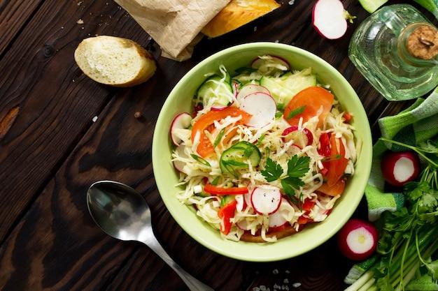 新鮮な野菜のドレッシングオリーブオイルと夏のビタミンサラダ上面図フラットレイ