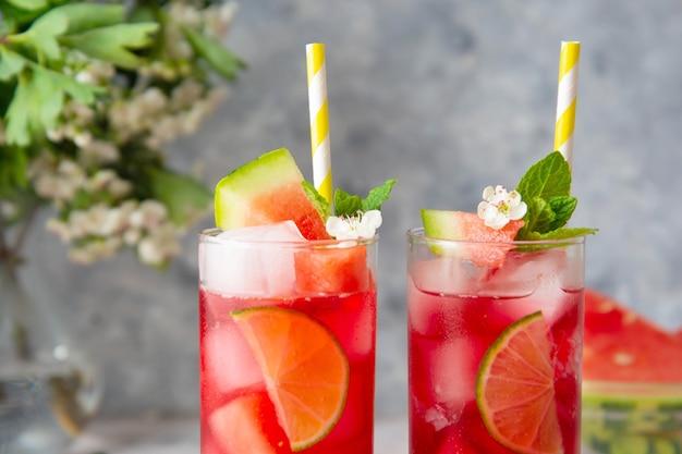 Летний освежающий напиток из арбуза с лаймом и содой. вкусный коктейль холодный морс.