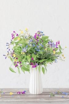 Летние полевые цветы в вазе