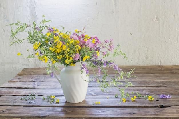 Летние полевые цветы на старый деревянный стол