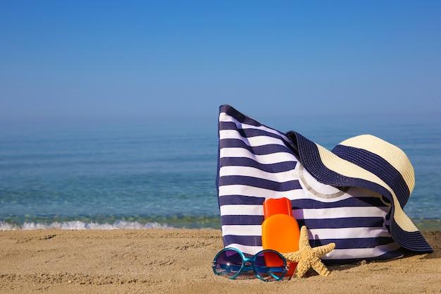 Летние женские аксессуары на пляже.