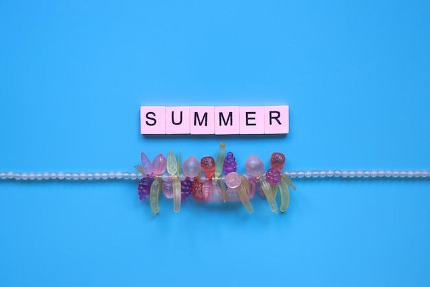 青い背景の上の夏の言葉 Premium写真
