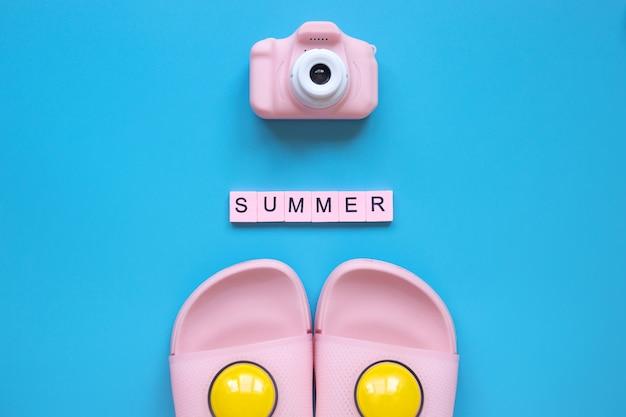 青い背景の上の夏の言葉