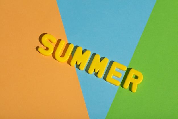 カラフルなパステル調の背景に書く夏