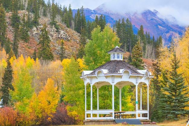 가을 시즌에 산의 정자
