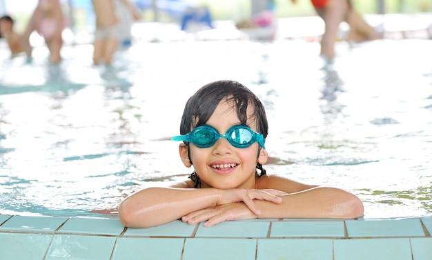 プールで幸せな子供たちのためのサマータイムとスイミング活動