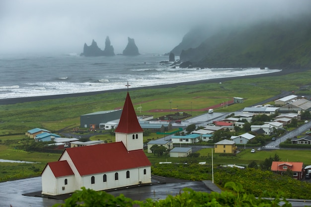 Летнее время, красивый вид на город вик и мюрдаль на юге острова, исландия