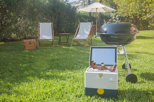 Летнее веселье. шашлык для летнего семейного ужина на заднем дворе дома.