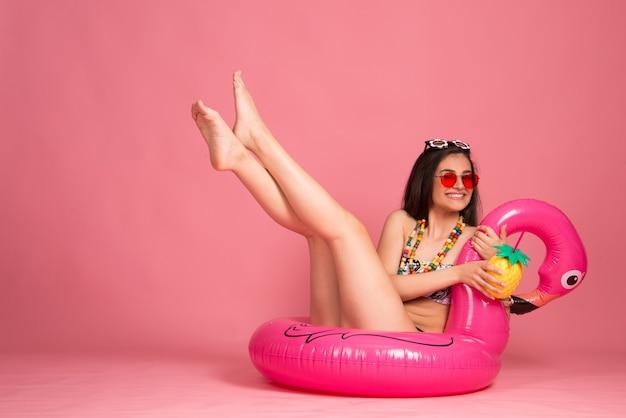夏のライフスタイル休暇ビーチルックコンセプト。ビキニの美しい女性