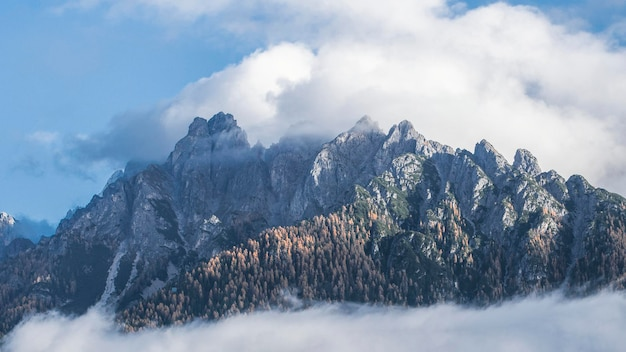 早朝のドロミテの頂上