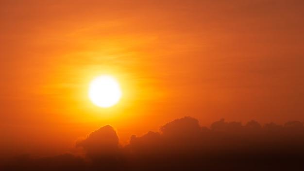 Солнце и облако на фоне драматического неба