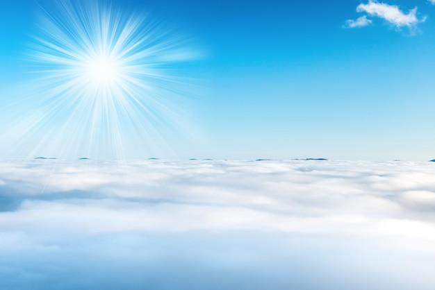 青い空、自然の背景に太陽と雲
