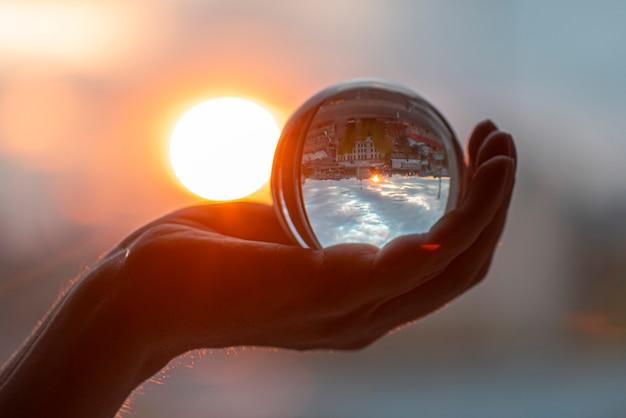 太陽とガラス玉を手に、水晶玉を抱きかかえた
