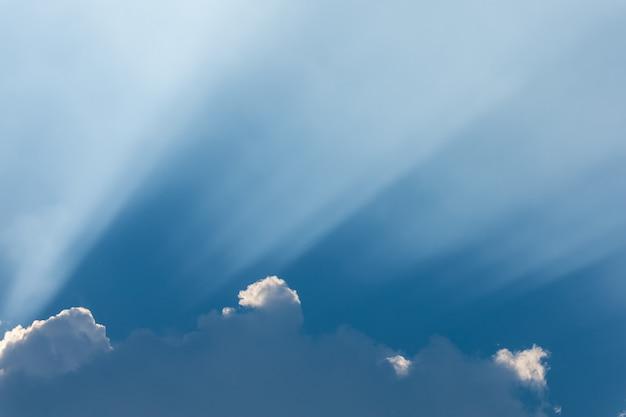 어두운 구름을 뚫고 들어오는 태양 광선