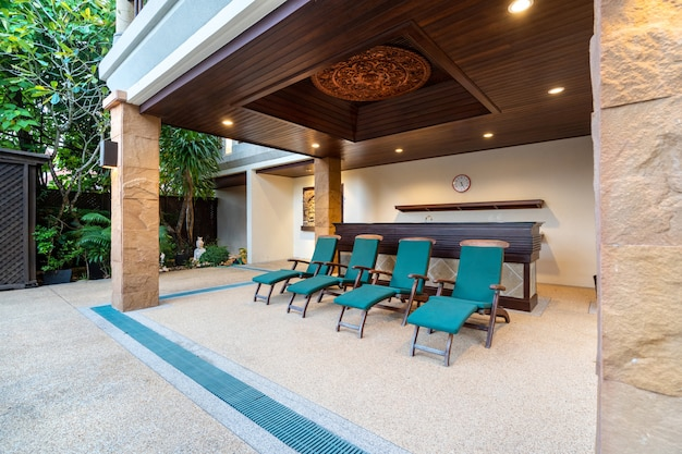 Шезлонг и барная стойка у террасы у бассейна в роскошной вилле с бассейном Premium Фотографии