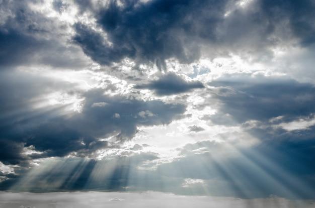 劇的雲間の太陽