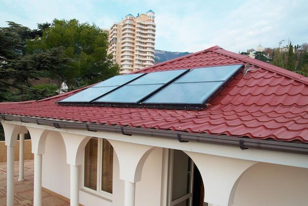 집 지붕에 태양 전지 패널