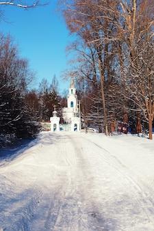 겨울 숲의 일요일 교회