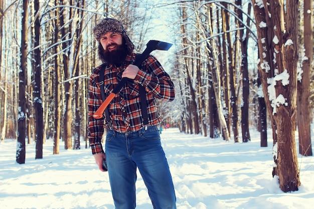 森の中で斧を持つ日曜日の男